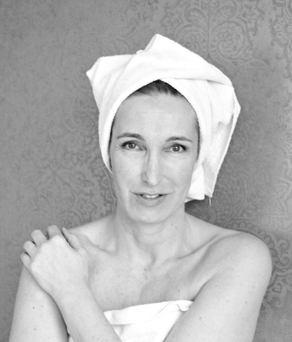 Schöne Frau mit Handtuchturban.