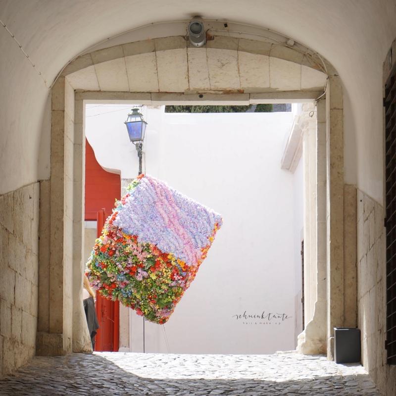 Alfama, Lissabon, Tor, Innenhof, Kubus, Kunst, Blüten, Reisen,