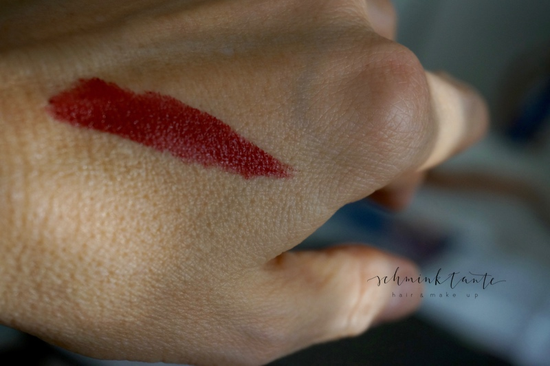 Dunkelrote Lippen mit Lippenstiften von Jane Iredale.