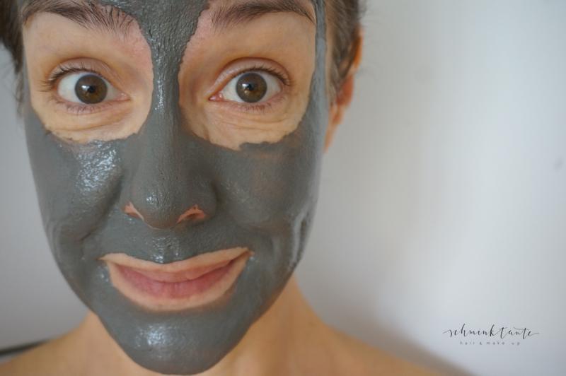 Gesicht mit Maske aus Aktivkohle.