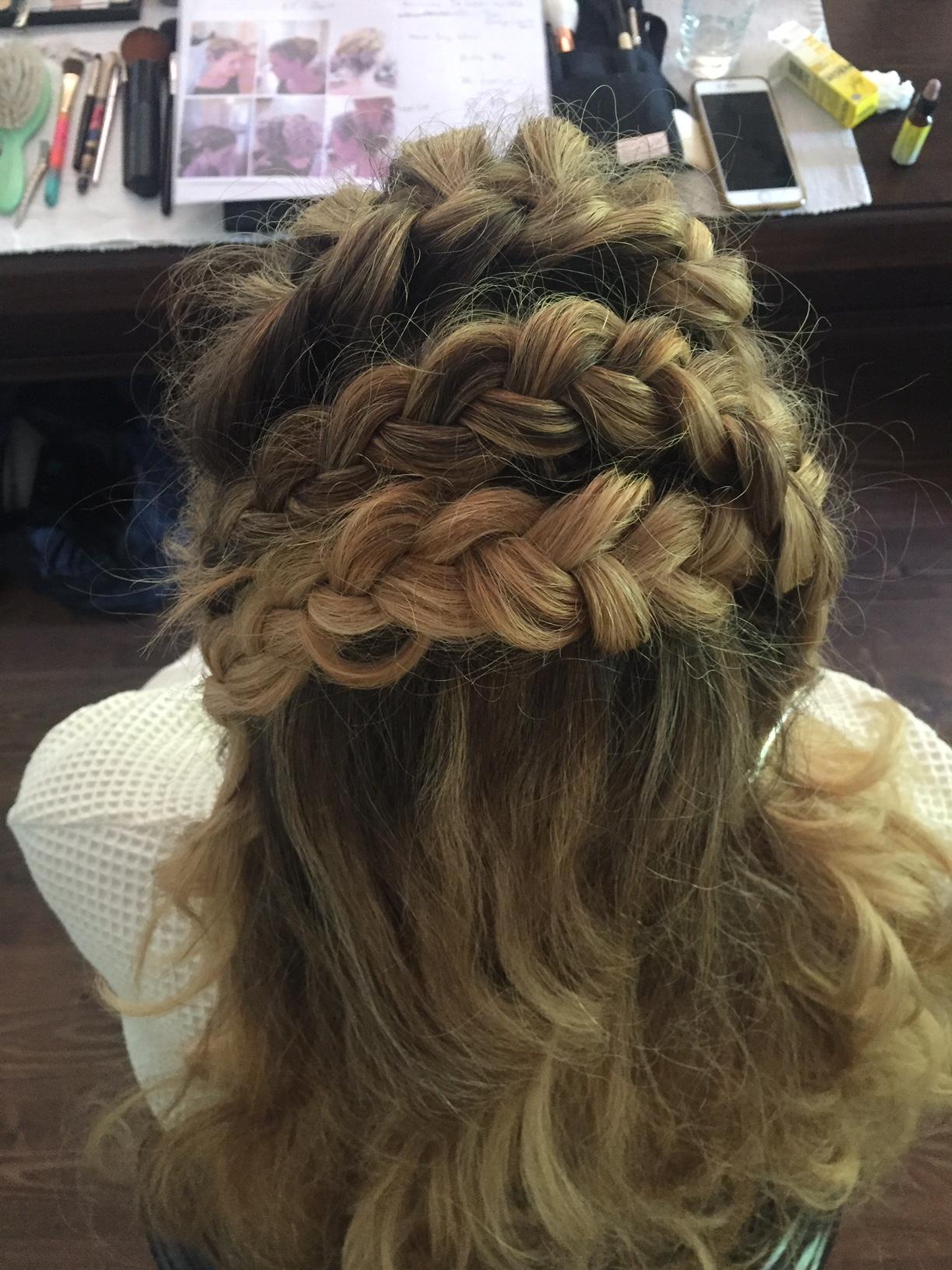Braut mit offnem Haar und Flechtungen.