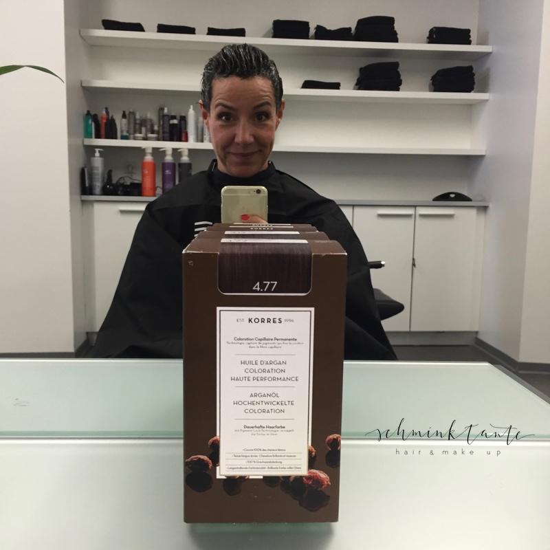 Schminktante Anja Frankenhäuser mit Haarfarbe im Spiegel