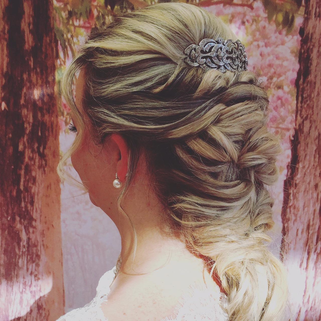 Brautfrisur glamourös.