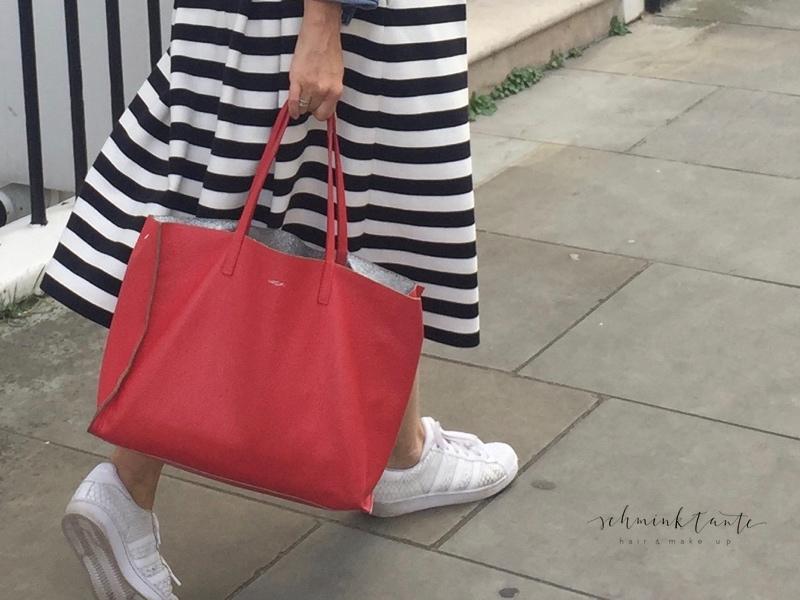 Die rote Tasche ist ein echter Hingucker!