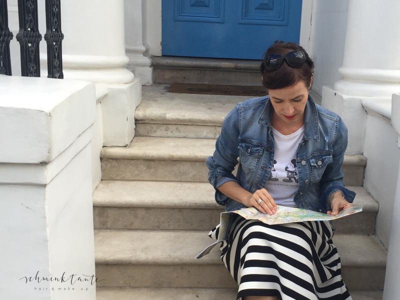 Spätsommerlook aus London - mit Streifenrock und JEansjacke