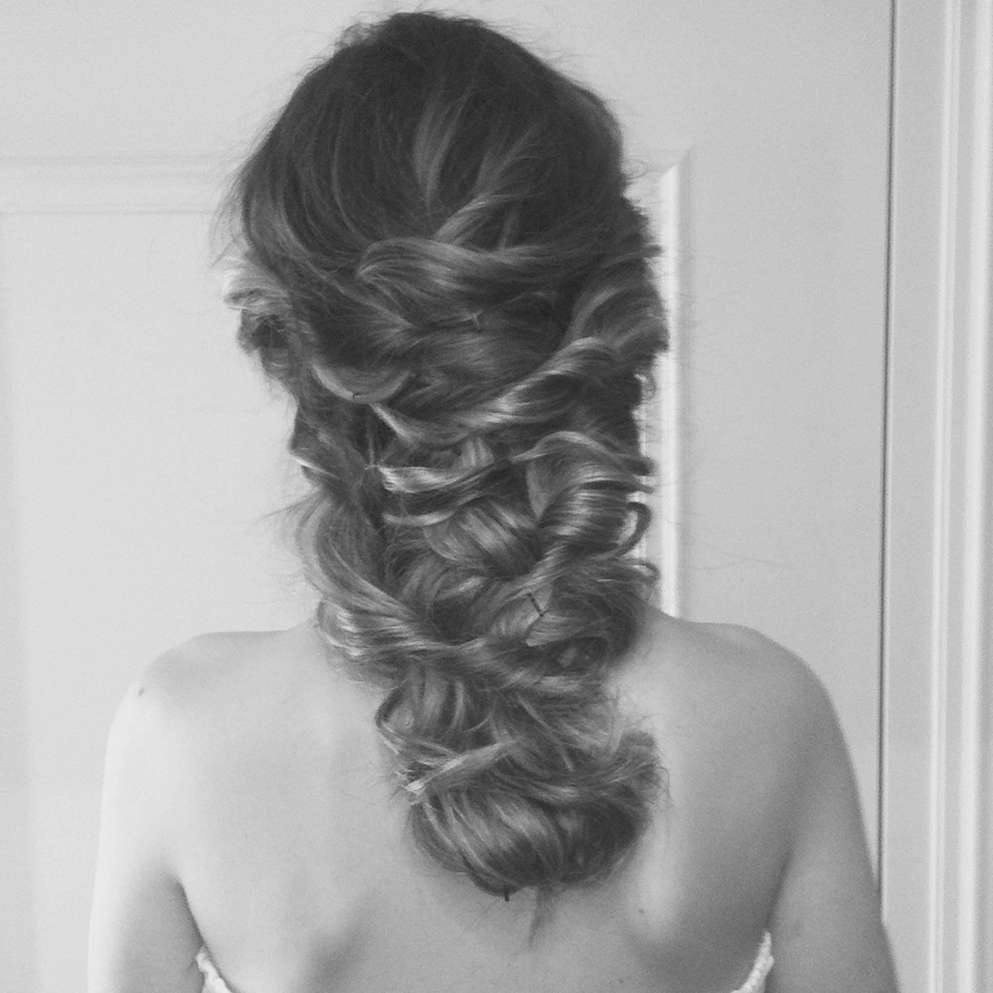 Brautfrisur mit fast offenen Haaren.