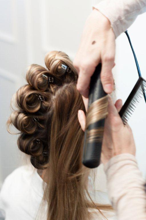 Haare curlen mit dem Glätteisen.