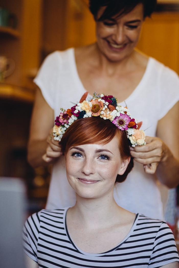 Braut mit Make up Artist und Blumenkranz.