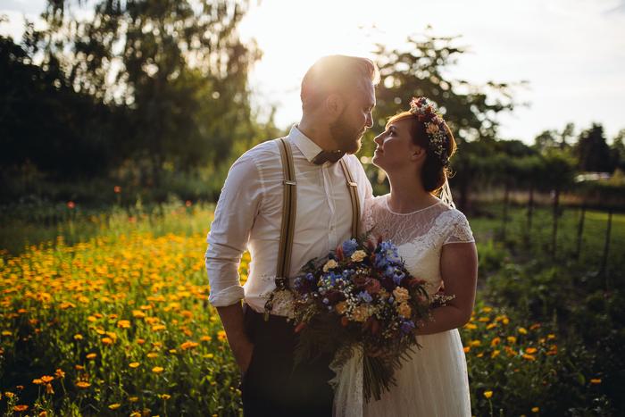 Verliebtes Brautpaar im Gegenlicht.