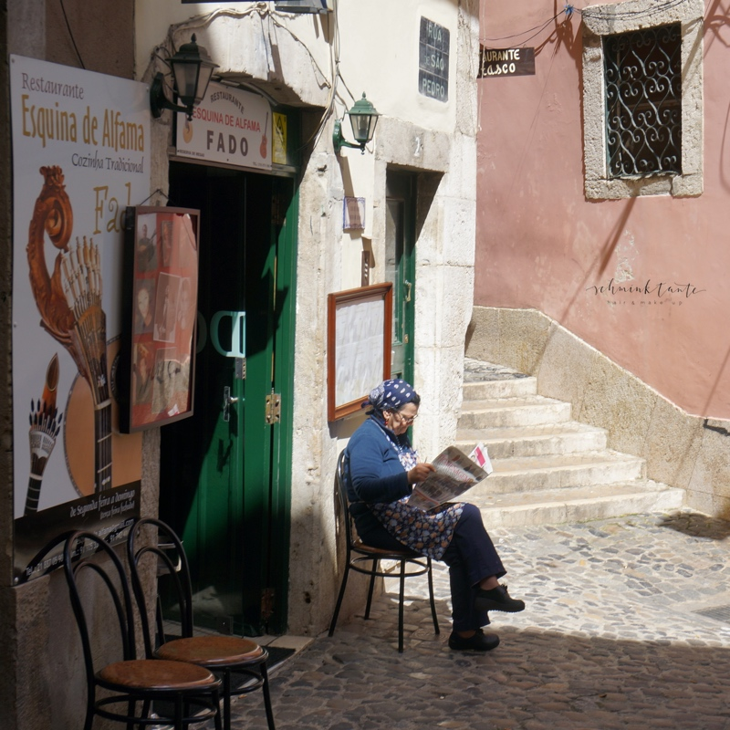 Menschen, Alfama, Frau, Stühle, Zeitung, Sonnenschein, Reise, mediterran, Ü40Blog, Reisen