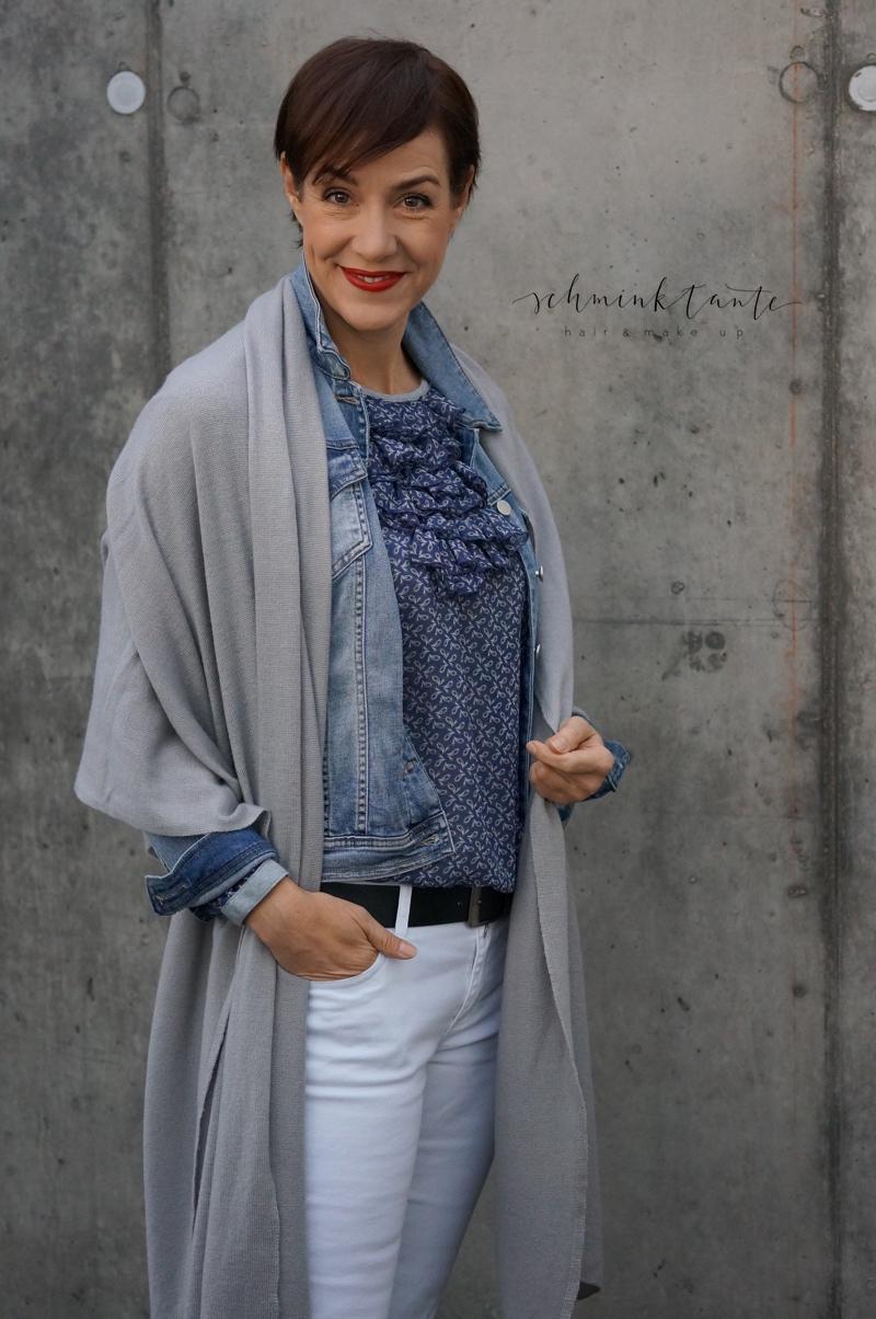 Strickplaid in grau zu Jeansjacke und Bluse von neyo. Urban Shades