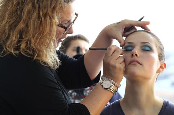 Serena Goldenbaum schminkt für Catrice.